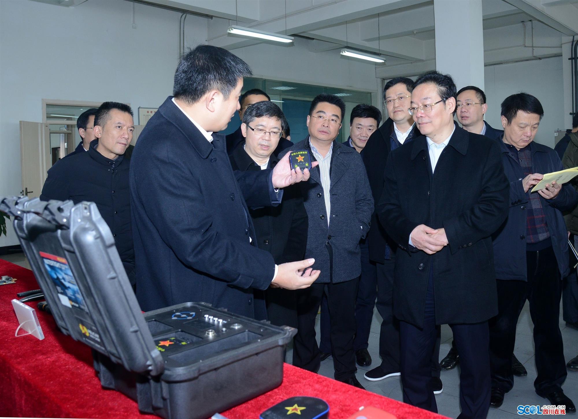 图为侯书记一行在西安航光卫星测控技术有限公司考察.张飞/摄图片
